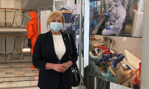 W Senacie została otwarta dziś (13.04.21) wystawa dokumentująca walkę polskich medyków z pandemią koronawirusa, na której znalazły się także zdjęcia ukazujące wkład diagnostów laboratoryjnych. Krajowa Izba Diagnostów Laboratoryjnych jest jednym z partnerów tej  wystawy.