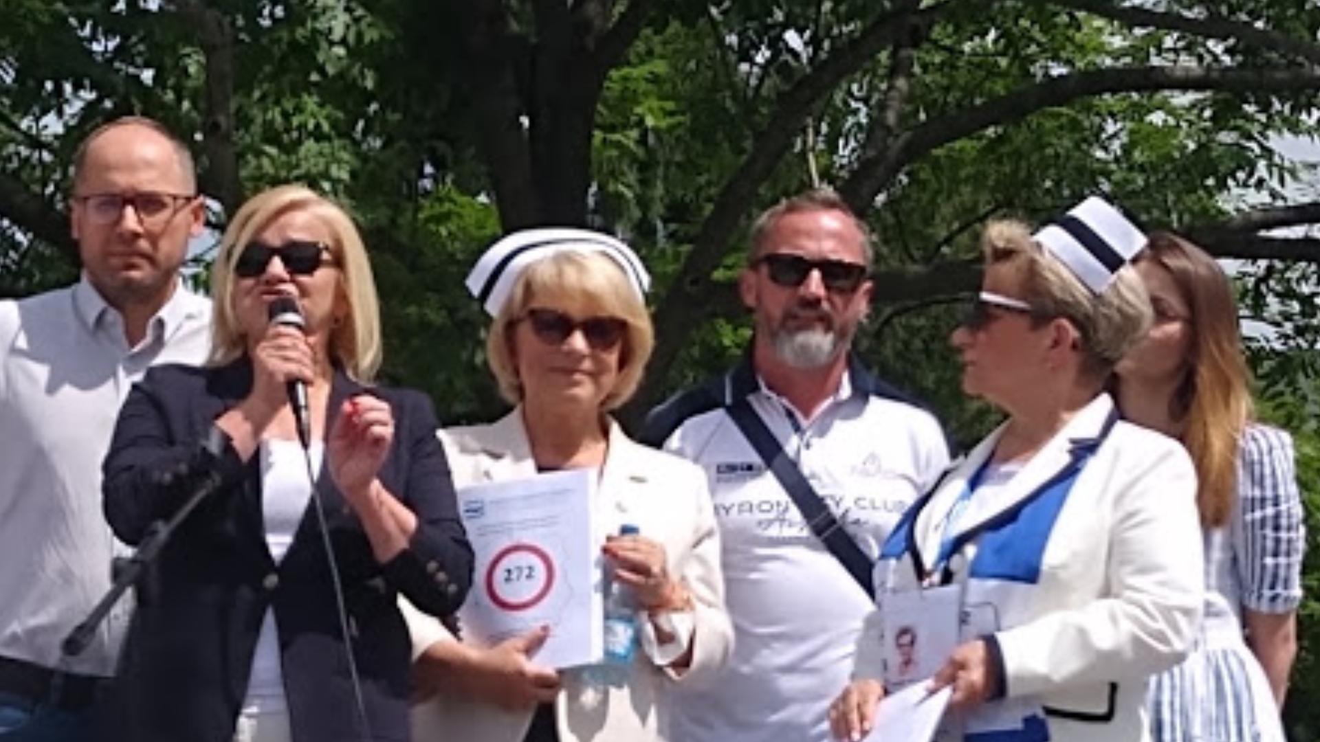 Dziś przed Sejmem odbyła się manifestacja, którą zorganizowały pielęgniarki i położne w nadziei, że posłowie przyjmą  senackie poprawki do ustawy o najniższym wynagrodzeniu w systemie ochrony zdrowia.  Mimo to Sejm odrzucił poprawkę 9 głosami.